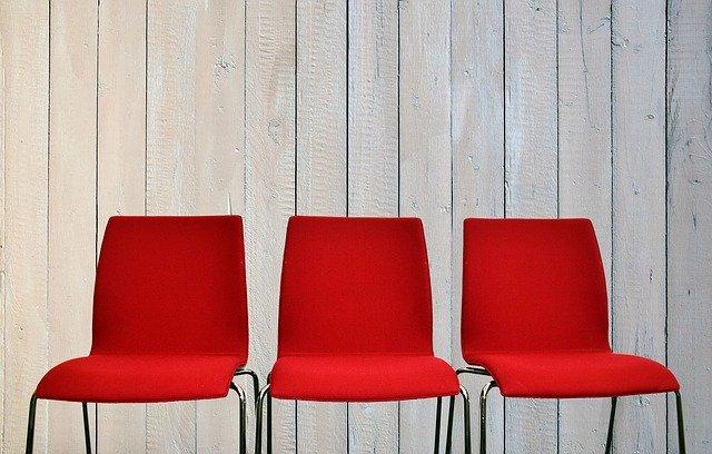 Czerwone krzesła – gdzie sprawdzą się najlepiej?