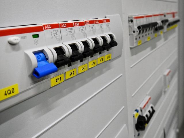 Kiedy warto wezwać elektryka na budowę?